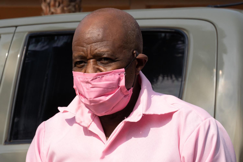 L'opposant rwandais Paul Rusesabagina à son arrivée à la cour de justice de Nyarugenge à Kigali, le 2 octobre 2020.