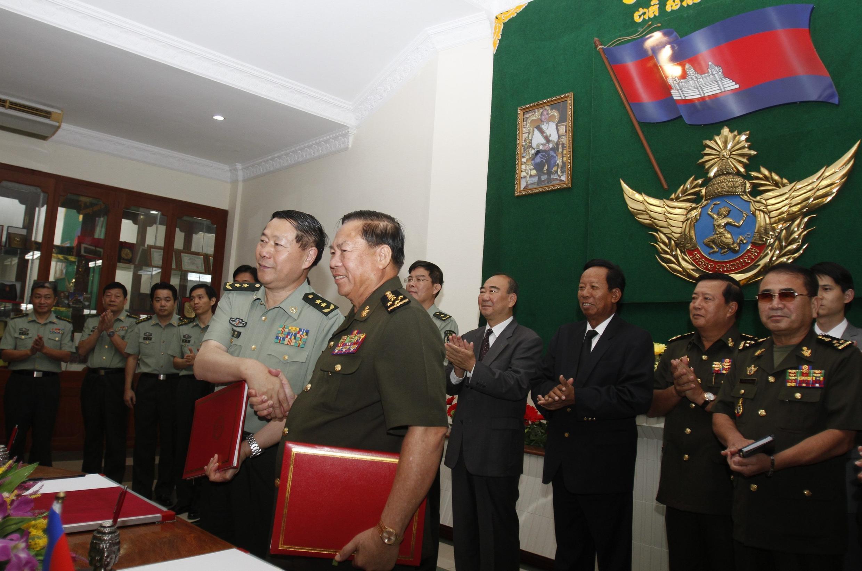 Thứ trưởng Bộ Quốc phòng Cam Bốt Moeung Samphan (phải) và Phó tổng tham mưu trưởng quân đội Trung Quốc, tướng Thích Kiến Quốc (trái) tại trụ sở Bộ Quốc phòng Cam Bốt, 23/01/2013.