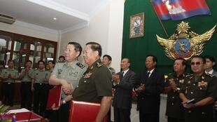 Thứ trưởng Quốc Phòng Cam Bốt Moeung Samphan (giữa, phải ) bắt tay phó tổng tham mưu trưởng quân đội Trung Quốc Qi Jianguo (giữa, trái ) tại Phnom Penh ngày 23/01/2013.