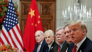 Tổng thống Donald Trump (P) cùng phái đoàn Mỹ trong cuộc gặp với chủ tịch Trung Quốc Tập Cận Bình bên lề  Thượng đỉnh G20, Buenos Aires, Achentina, ngày 1/12/2018.