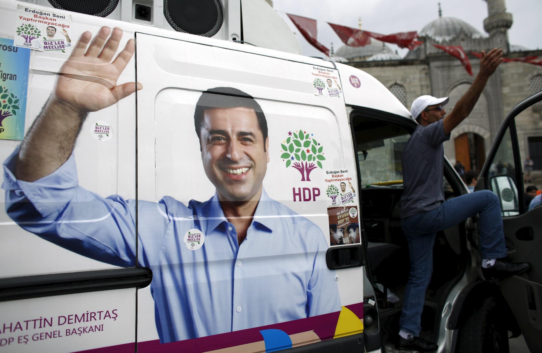 Une camionnette de campagne pour les législatives à l'effigie du HDP, le Parti démocratique des peuples, le 28 mai 2015 à Istanbul.