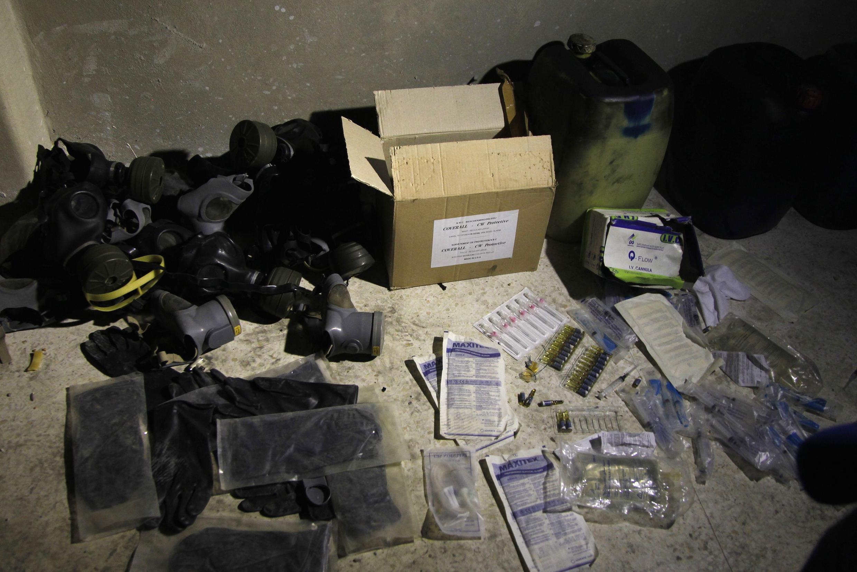 Des produits chimiques et des masques à gaz dans un entrepôt dans le quartier de Jobar, le 24 août 2013.