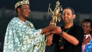 Le président Blaise Compaoré remet l'Etalon d'Or de Yennenga au réalisateur marocain Mohamed Mouftakir pour son film «Pegase», à la clôture de la 22ème édition du Fespaco à Ouagadougou, le 5 mars 2011.