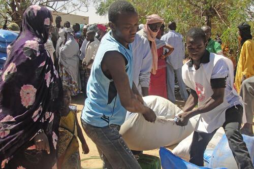 Gao (nord du Mali). Une famille de déplacés reçoit de la nourriture de la part du CICR et de la Croix-Rouge malienne.