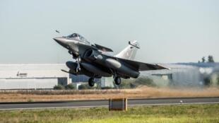 Décollage d'un avion Rafale à partir de la base de Mérignac (France), le 27 juillet 2020.