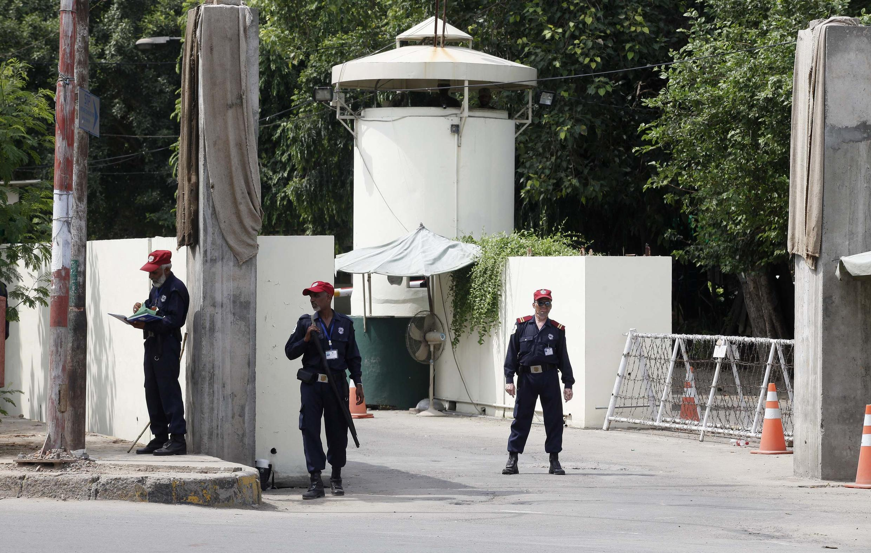 Các nhân viên an ninh canh gác trước lãnh sự quán Mỹ ở Lahore ngày 09/08/2013.