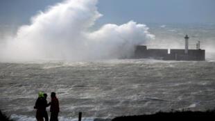 Ondas gigantes no norte da França em Boulogne-sur-Mer (Pas-de-Calais) neste domingo(10).