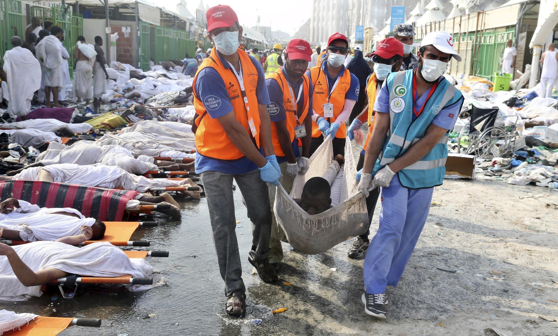 Equipes de socorro transportam o corpo de uma das 717 vítimas fatais da tragédia.