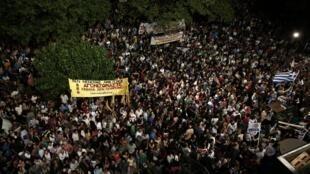 Des manifestants devant le siège de l'ERT, à Athènes, ce vendredi 14 juin 2013.