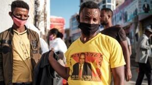 Un partisan du Front de libération du peuple du Tigré (TPLF) porte un t-shirt à l'effigie de son président Debretsion Gebremichael, le 9 septembre 2020.