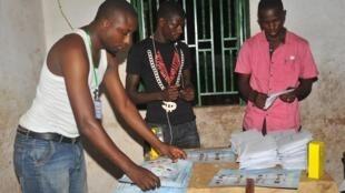 Maafisa wa Tume ya Uchaguzi (Ceni) wakihesabu kadi za uchaguzi katika kituo cha kupigia kura cha Conakry mnamo Februari 4, 2018.