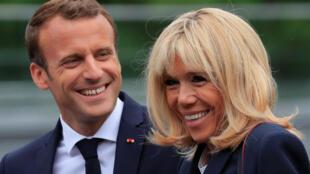 O presidente Emmanuel Macron e a esposa Brigitte durante evento em Clairefontaine (5 de junho de 2018)