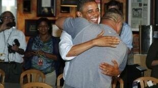 O presidente norte-americano Barack Obama ganha abraço apertado durante campanha na Flórida.