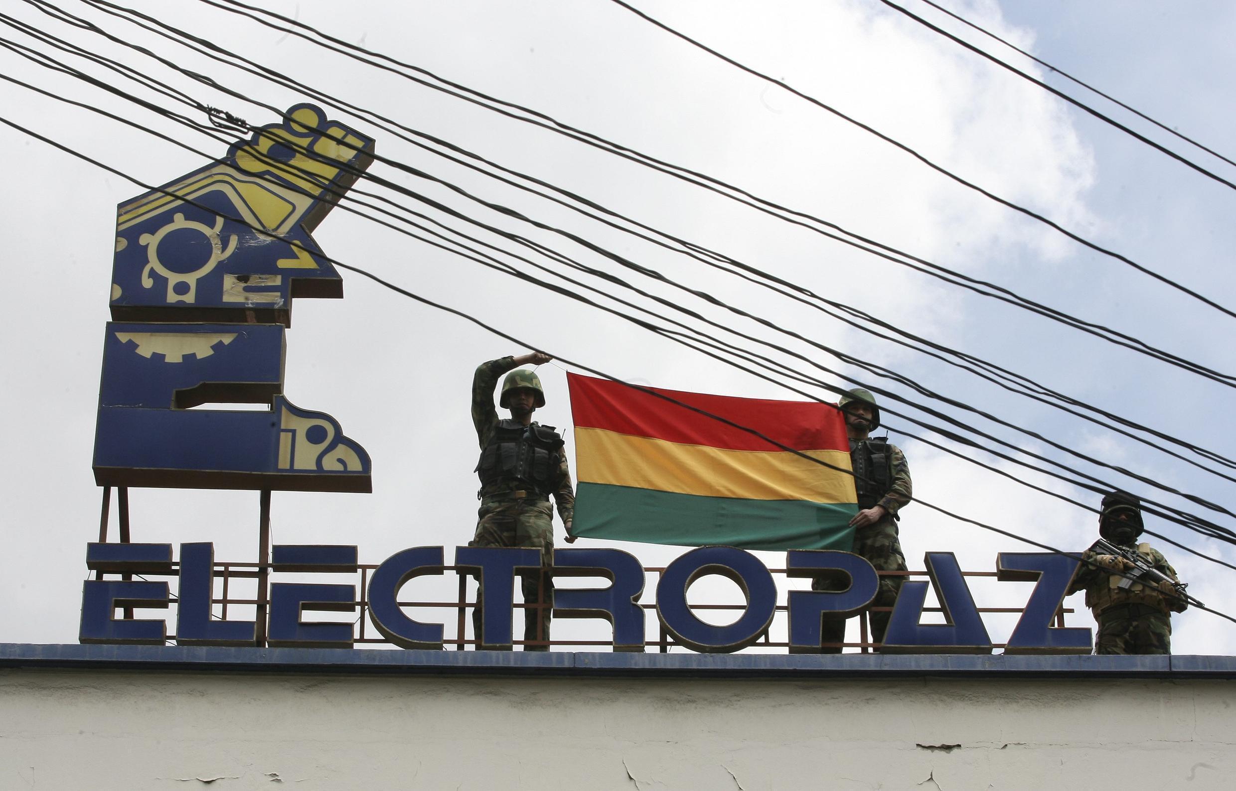Binh sĩ Bolivia trương cờ tại trụ sở của tập đoàn Electropaz, 29/12/2012.
