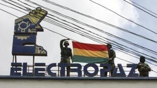 Les militaires boliviens ont fait flotter le drapeau national sur le siège d'Electropaz, compagnie d'électricité nationalisée le 29 décembre 2012.