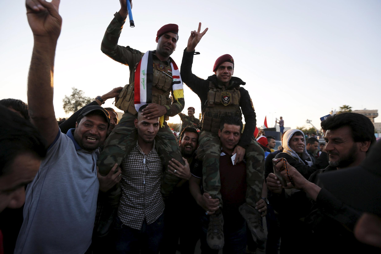 Des partisans de l'imam Moqtada al-Sadr fêtent la fin du sit-in avec les forces de sécurité irakiennes, le 31 mars 2016.