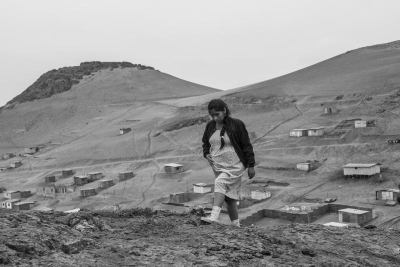 Georgina, Léo et leur famille sont des réfugiés: ils ont fui la violence de l'intérieur, de la guérilla, de l'armée et des paramilitaires, pour chercher refuge et travail dans la capitale, Lima.