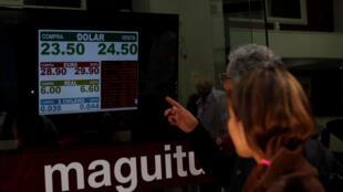 Las pizarras de las casas de cambio cerraron en promedio el lunes con un tipo de cambio de 25,52 pesos por dólar contra 23,93 del viernes.