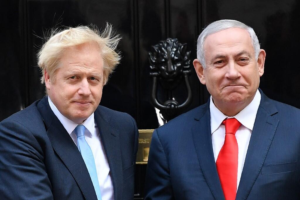 """بنیامین نتانیاهو، نخستوزیر اسرائیل و بوریس جانسون، نخستوزیر بریتانیا درمقابل در ورودی ساختمان """"شمارهٔ ۱۰ - خیابان داونینگ""""، خانه و دفتر کار نخستوزیر در مرکز لندن. پنجشنبه ۱٤ شهریور/ ۵ سپتامبر ٢٠۱٩"""