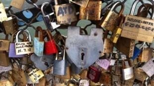 Sur le Pont des Arts, des amoureux viennent sceller leur amour.