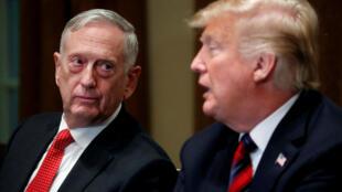 Bộ trưởng Quốc Phòng Mỹ James Mattis (T) trong cuộc họp báo tại Nhà Trắng, Washington, ngày 23/10/2018