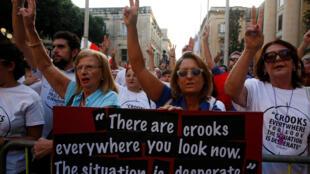 Des milliers de Maltais sont descendus dans les rues dimanche après l'assassinat de la journaliste pour défendre la liberté de la presse.