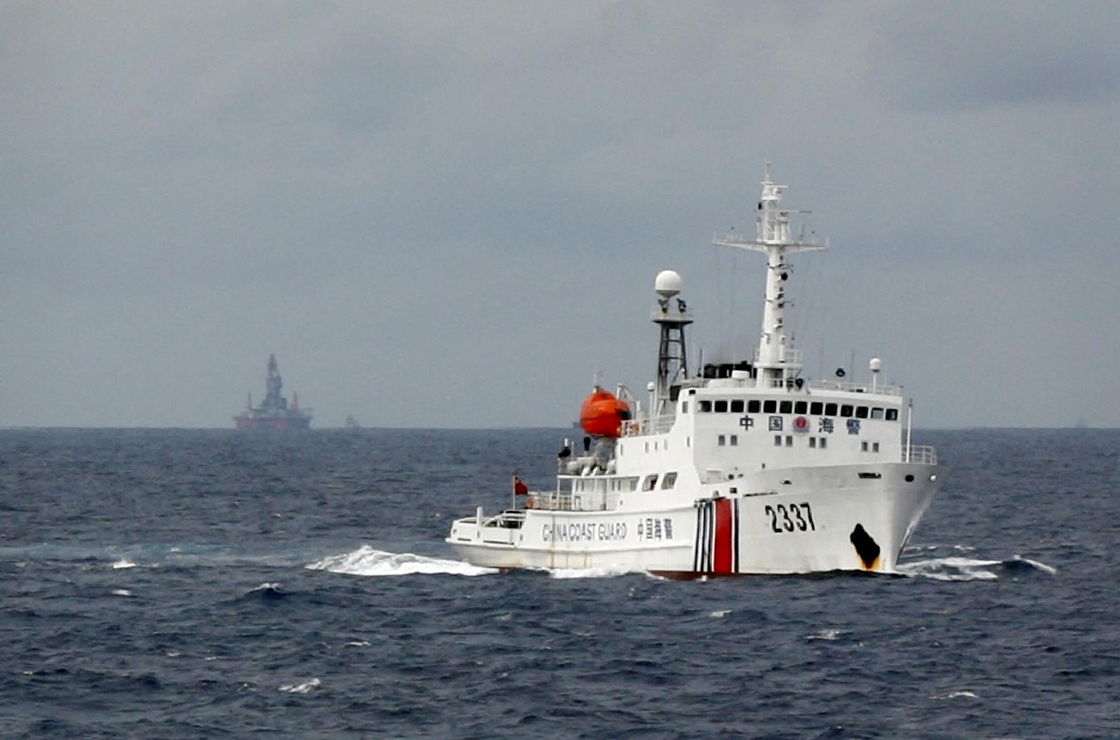 Tàu tuần dương Trung Quốc gần dàn khoan HD 981