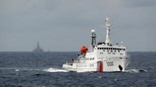 Tàu tuần dương Trung Quốc gần dàn khoan HD 981, tháng 5/2014.