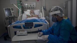 Enfermera en UCI en Marica, cerca de Rio de Janeiro, el 5 de junio de 2020