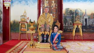 Le roi Rama X aux côtés de sa concubine Sineenat Wongvajirapakdi, aujourd'hui répudiée.