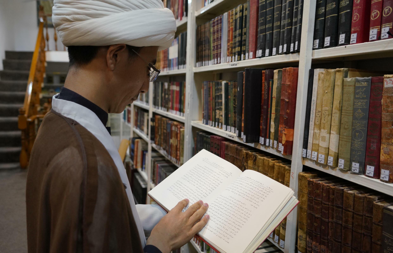 El jeque Qorban Ali estudia en Nayaf, en Irak, el 11 de septiembre de 2021