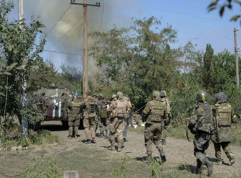 Combates entre separatistas pró-russos e exército ucraniano em Ilovaysk, no leste da Ucrânia na terça-feira (26).
