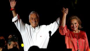 El candidato y ex presidente Sebastián Piñera junto a su esposa Cecilia en el acto de cierre de campaña, el 16 de noviembre de 2017 en Santiago.