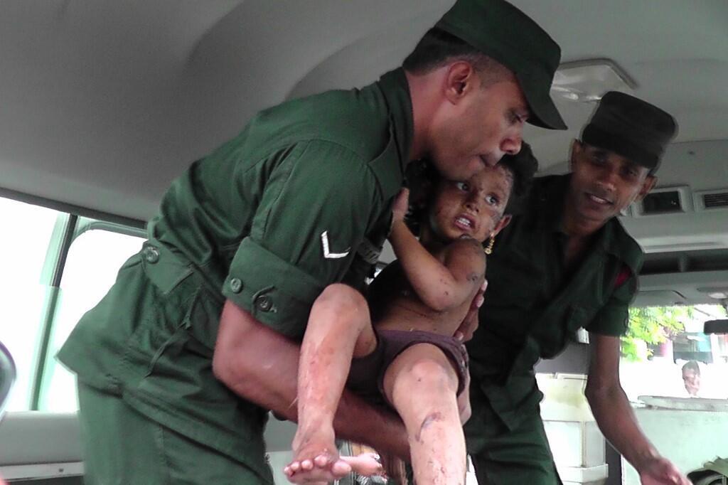 Cet enfant a été blessé lors de l'assaut par les forces de sécurité sur une cache présumée de l'organisation jihadiste EI à Kalmunai, dans l'est du pays, le 27 avril 2019.