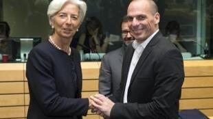 Giấm đốc Quỹ Tiền Tệ Quốc Tế Christine Lagarde (trái) và Bộ trưởng Tài chính Hy Lạp, Yanis Varoufakis, tại Bruxelles ngày 25/06/2015.