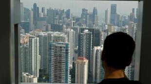 存档图片:新加坡-一名男子在窗去。 Image d'archive: Singapour - un homme devant la fenêtre