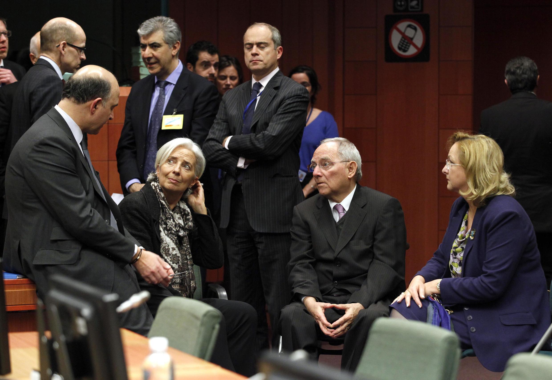 A l'ouverture de la réunion de l'Eurogroupe à Bruxelles, ce dimanche 24 mars, à laquelle participent notamment (de gauche à droite) : Pierre Moscovici, Christine Lagarde, Wolfgang Schaüble et Maria Fekter.,