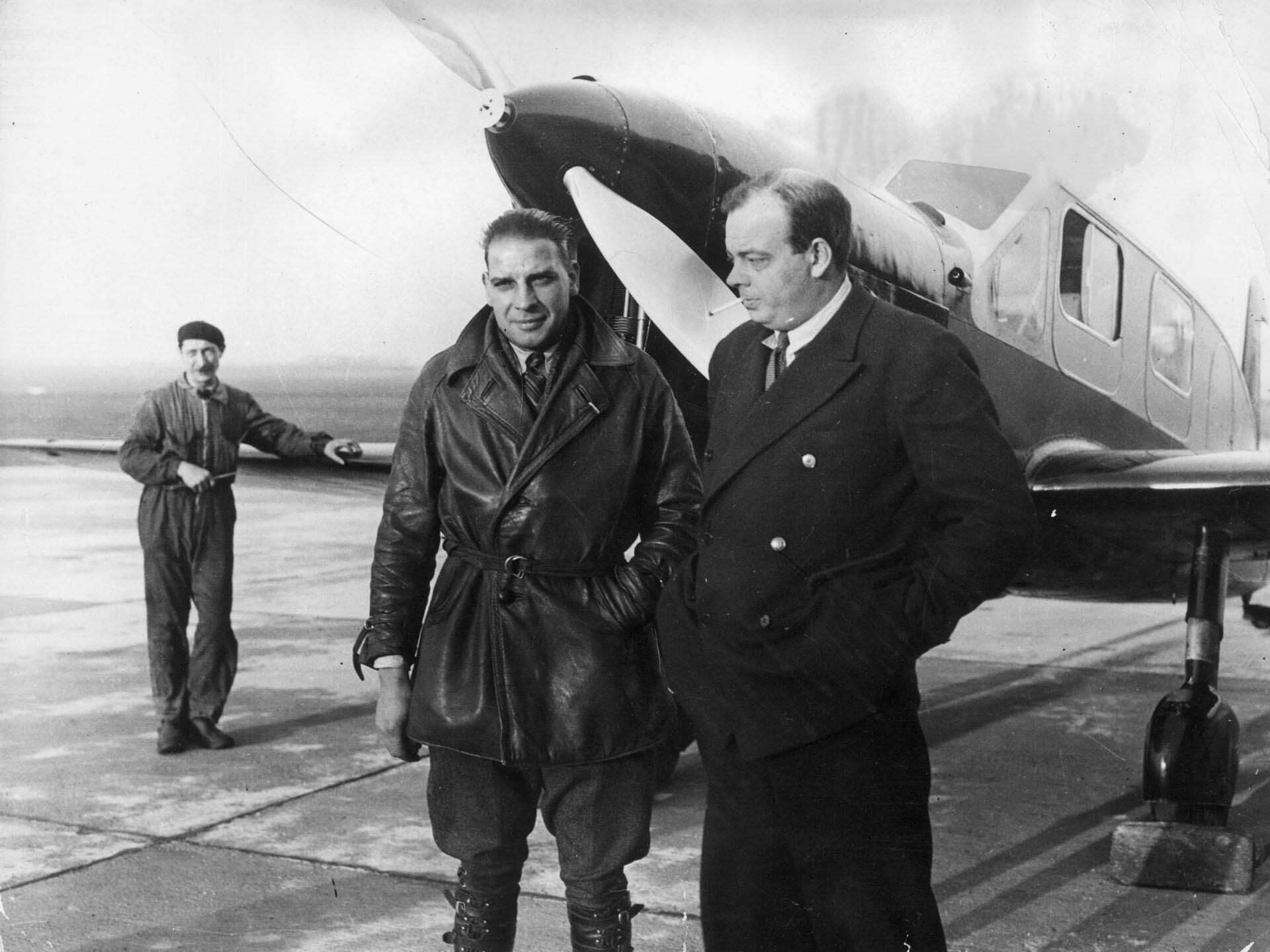 Le romancier et aviateur français Antoine de Saint-Exupéry (1900-1944) avec son mécanicien André Prevot.
