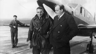 Le romancier et aviateur français Antoine de Saint-Exupéry (1900-1944) avec son mécanicien André Prevot. Alors qu'il servait comme pilote de reconnaissance en temps de guerre, il fut déclaré disparu en 1944.