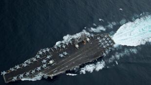 Ảnh minh họa: Hàng không mẫu hạm USS Theodore Roosevelt qua eo biển  Malacca trên đường đến Singapore. Ảnh chụp 01/04/2018.