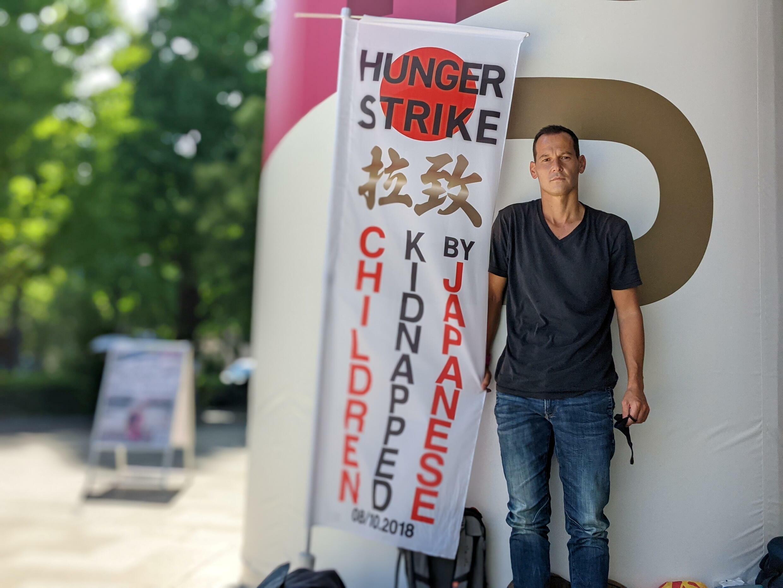 兩個孩子被日本伴侶帶走的法國男子文森-費雪,7月23日繼續抗議。攝於7月21日。