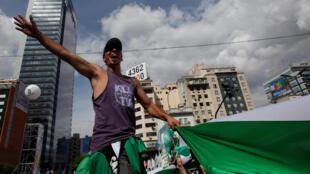 Con las banderas de sus agrupaciones gremiales se desplazaron los manifestantes por calles hasta confluir frente al palco en la avenida 9 de Julio.