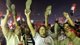 Opositores ao presidente Mursi manifestam nesta quarta-feira, 3 de julhol de 2013, na capital Cairo.