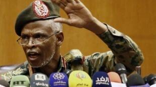 Luteni jenerali Omar Zain al-Abdin, kiongozi mpya wa baraza la kijeshi nchini Sudan katika mkutano na wanahabari jijini Khartoum, Sudan Aprili 12, 2019