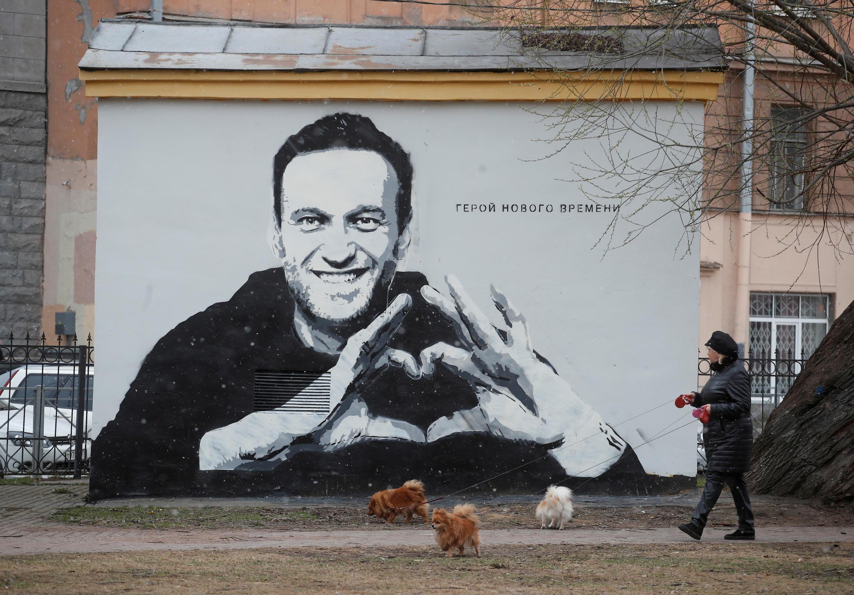 Un graffiti représentant Alexeï Navalny à Saint-Pétersbourg, le 28 avril 2021. On peut y lire: «Le héros du nouvel âge». Il a été rapidement supprimé par les autorités qui répriment toutes les voix discordantes.