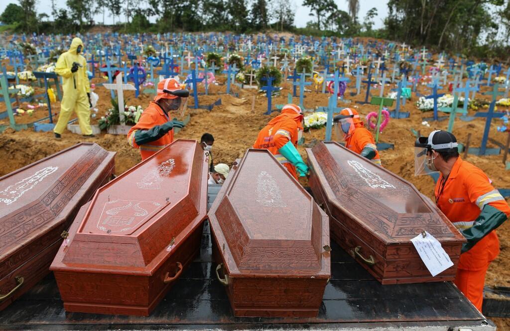Sanduku za watu waliofariki dunia kutokana na ugonjwa wa Covid-19 wakisubiri kuzikwa katika makaburi ya Manaus, Brazil.