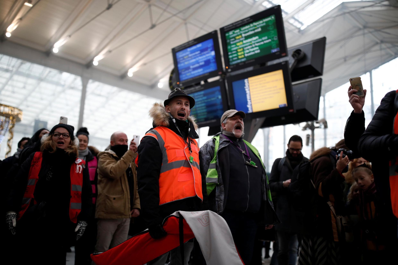 Акция протеста сотрудников компании SNCF на северном вокзале Парижа в четверг, 12 декабря
