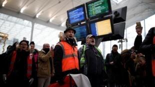 Grevistas se manifestam na estação de trem e metrô Gare du Nord, de Paris.
