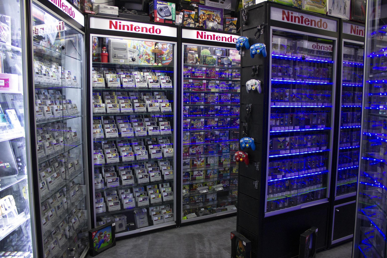 Gardés religieusement sous vitrine, des jeux vidéo qui datent de plus de vingt ans n'attendent plus qu'à être achetés par des passionnés de rétrogaming, dans une boutique située boulevard Voltaire, à Paris.