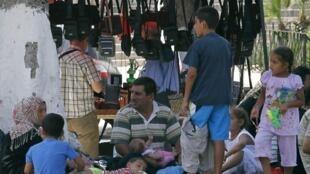 Une famille syrienne ayant fuit la violence, ici, dans le square de Port-Saïd, à Alger, le 30 juillet 2012.